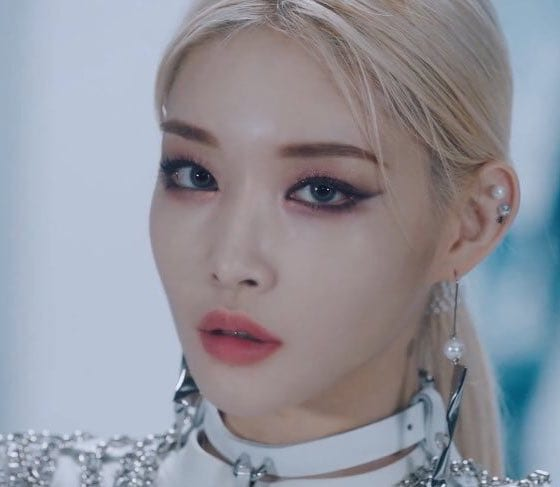 "WATCH: Chungha Motivates To Move On And Move Forward In ""Snapping"" MV"